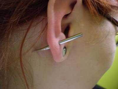 no centro da orelha