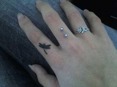 com tatuagem e anel