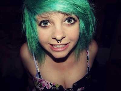 menina com cabelo verde